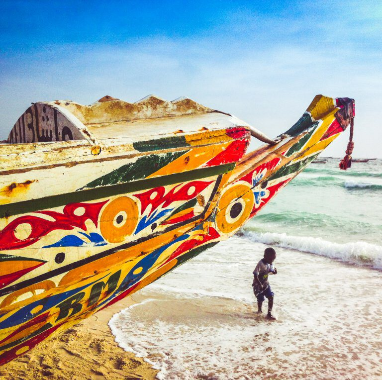 Kameel op de weg - Kleurrijk bootje