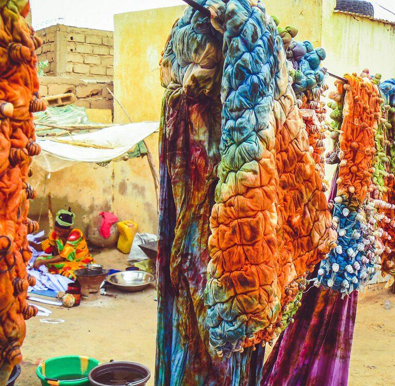 Kameel op de weg - kleurrijke stoffen