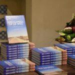 Stapel boeken: Kameel op de weg