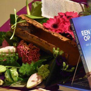 Kameel op de weg - Bloemen bij boekpresentatie